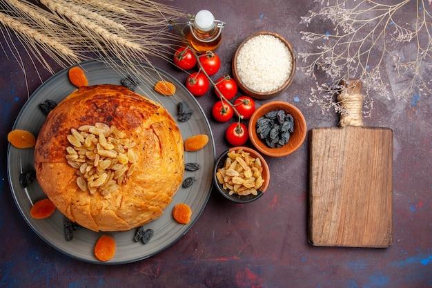 Vista de cima, o delicioso shakh plov cozido refeição de arroz com passas e tomates em uma massa de refeição de fundo roxo escuro cozinhar arroz