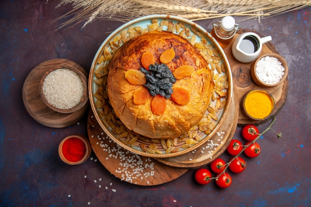 Vista de cima, o delicioso shakh plov cozinhou farinha de arroz com passas e temperos em uma massa de farinha de fundo escuro cozinhando arroz de jantar