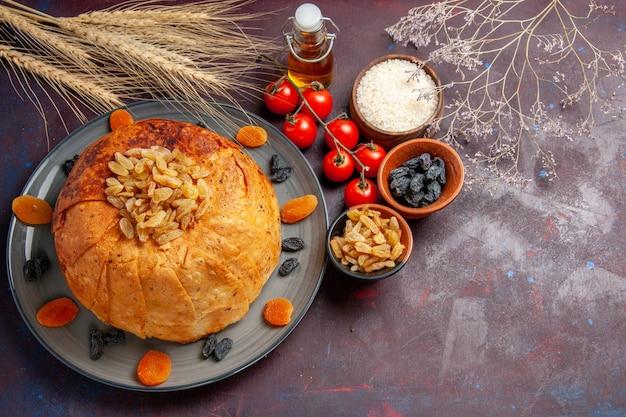 Vista de cima, o delicioso shakh plov cozinhou farinha de arroz com passas e tomates em uma massa de farinha de fundo escuro cozinhando arroz
