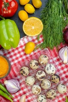 Vista de cima ovos de codorna frescos com verduras e vegetais frescos em fundo escuro refeição almoço lanche salada dieta saudável alimentos
