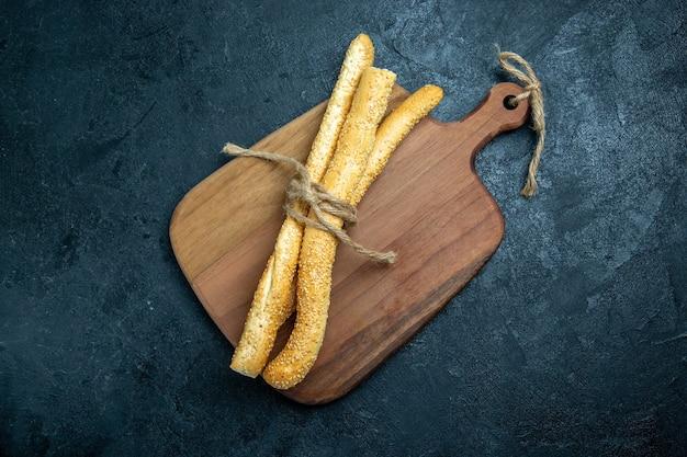 Vista de cima, pão com pão fresco saboroso em um espaço azul