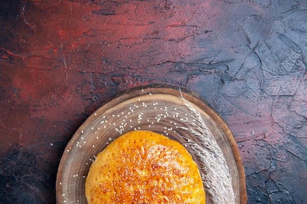 Vista de cima, pão doce assado como pão fresco na superfície escura