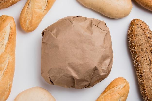 Vista de cima pão embrulhado com baguetes