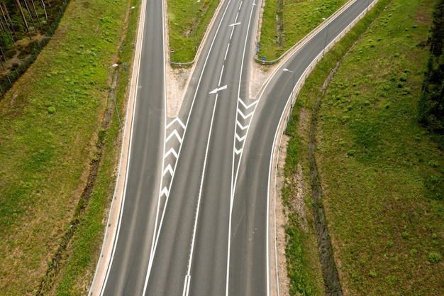 Vista de cima para baixo de uma rodovia com várias faixas de rodagem, close-up