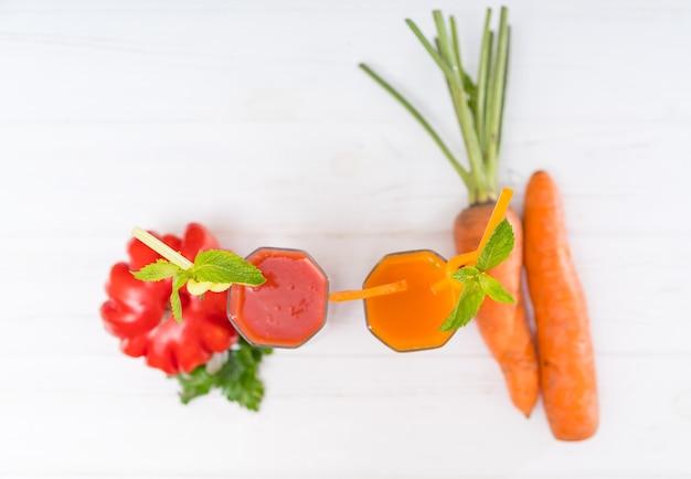 Vista de cima para baixo de vitaminas de tomate e cenoura