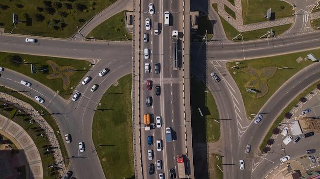 Vista de cima para baixo do engarrafamento urbano da cidade na ponte do carro