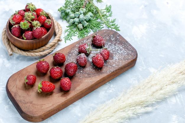 Vista de cima para baixo, morangos vermelhos frescos e bagas suaves na mesa clara vitamina de frutas silvestres vitamina da floresta selvagem verão vitamina