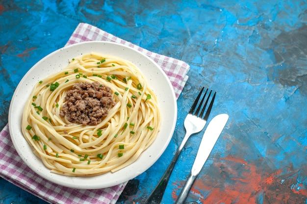 Vista de cima para baixo saboroso macarrão italiano com carne moída em prato de massa de cor azul prato de refeição de carne
