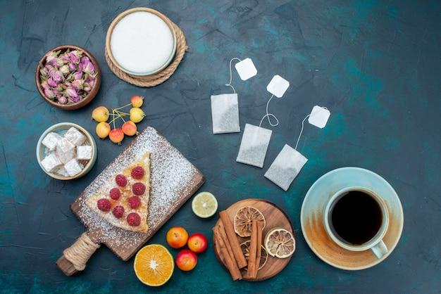 Vista de cima, pedaço de bolo assado doce com framboesas e canela em uma mesa azul-escura torta de bolo com baga e biscoito com açúcar