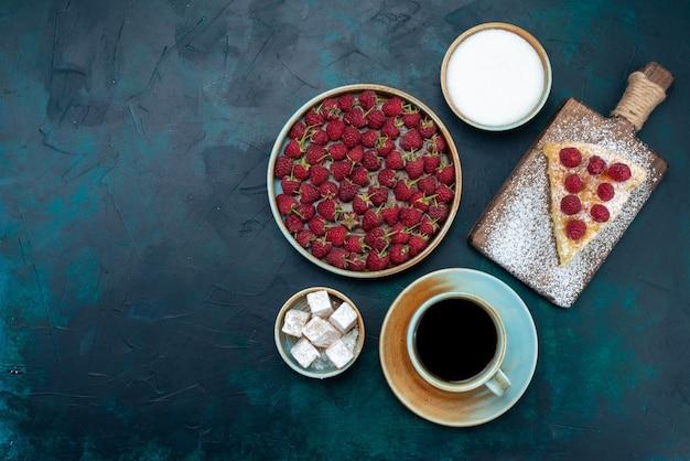Vista de cima pedaço de bolo assado doce com framboesas e chá na mesa escura torta de bolo de açúcar baga assar biscoito