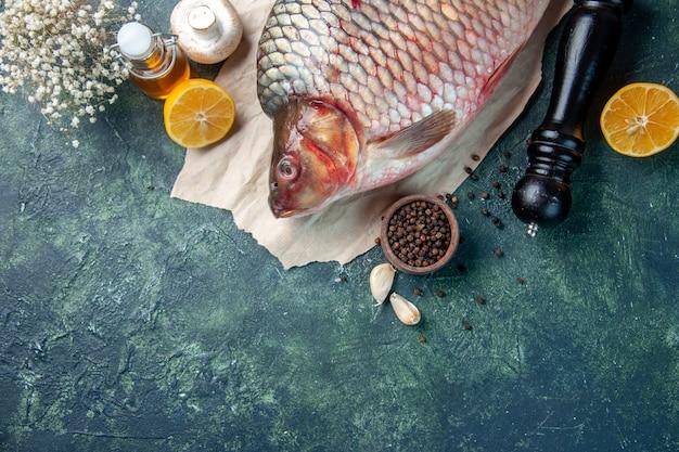 Vista de cima peixe cru fresco com cogumelos em fundo azul escuro