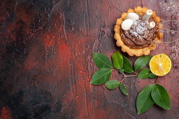 Vista de cima, pequeno bolo na mesa escura, sobremesa, biscoito, biscoito, doce
