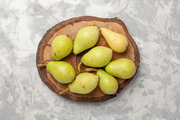 Vista de cima peras frescas na superfície branca frutas frescas maduras suculentas
