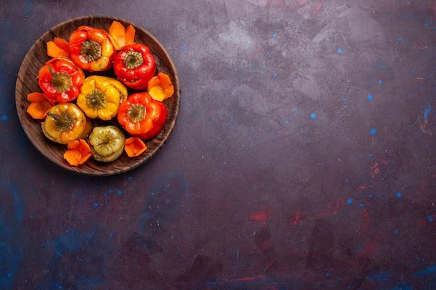 Vista de cima pimentões cozidos com carne moída dentro em um fundo cinza refeição vegetais carne comida dolma
