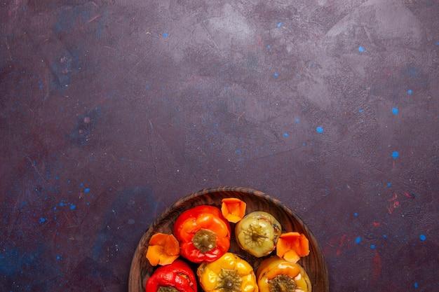 Vista de cima pimentões cozidos com carne moída dentro no fundo cinza refeição carne vegetal comida dolma