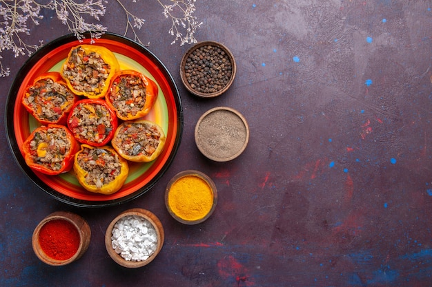 Vista de cima pimentões cozidos com carne moída e diferentes temperos na superfície cinza refeição dolma alimentos vegetais carne bovina