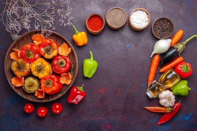 Vista de cima pimentões cozidos com carne moída e temperos na superfície cinza refeição dolma vegetais carne bovina