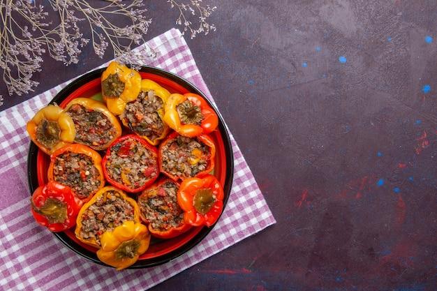 Vista de cima pimentões cozidos com carne moída em mesa cinza comida carne dolma refeição de vegetais