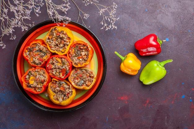 Vista de cima pimentões cozidos com carne moída em uma refeição de superfície cinza carne dolma comida vegetais carne