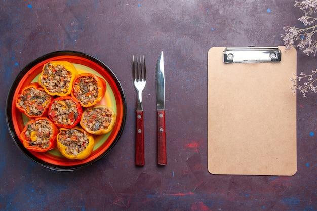 Vista de cima pimentões cozidos com carne moída misturada com temperos em uma mesa cinza refeição dolma comida vegetais carne bovina