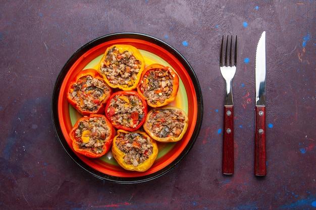 Vista de cima pimentões cozidos com carne moída misturada com temperos na superfície cinza refeição dolma comida vegetais carne bovina