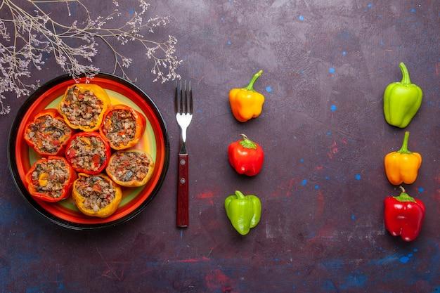 Vista de cima pimentões cozidos com carne moída na superfície cinza carne dolma comida carne vegetal