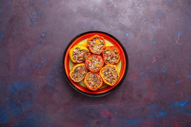 Vista de cima pimentões cozidos com carne moída no chão cinza comida carne dolma vegetais refeição