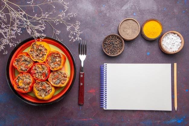 Vista de cima pimentões cozidos com diferentes temperos na superfície cinza carne dolma comida vegetais carne