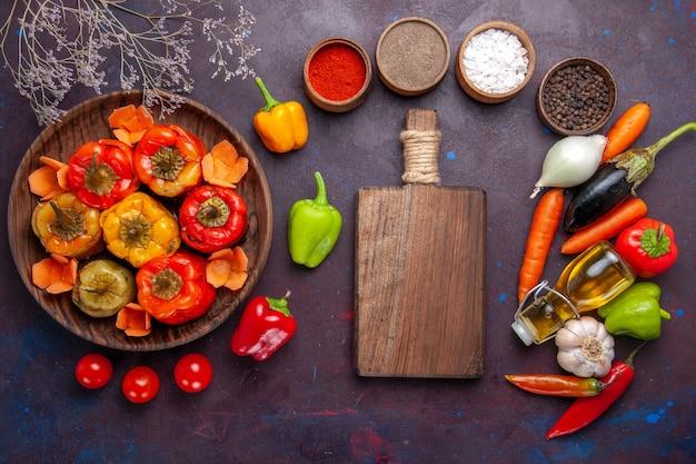 Vista de cima pimentões cozidos com vegetais frescos e temperos na superfície cinza refeição vegetais dolma carne bovina
