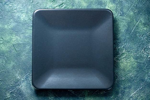 Vista de cima placa quadrada escura sobre fundo azul escuro comida talheres restaurante cor café cozinha