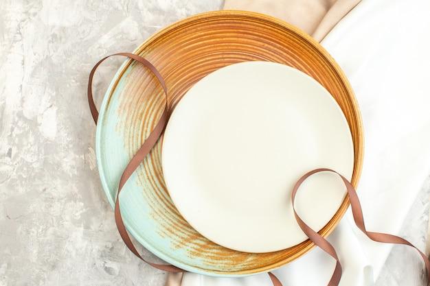 Vista de cima prato marrom com prato branco na superfície clara de vidro cozinha comida horizontal refeição feminina
