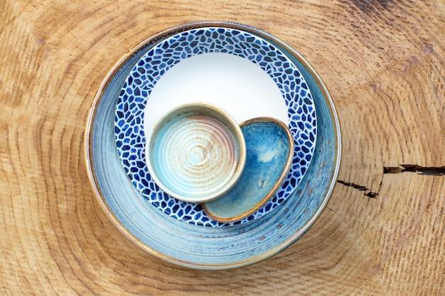 Vista de cima prato projetado com bandeja e pratinho no fundo de madeira vidro da cozinha design foto colorida