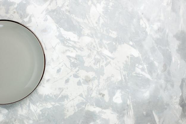 Vista de cima prato vazio de cor cinza redondo em fundo branco prato de vidro de comida de cozinha