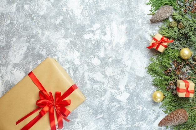 Vista de cima presentes de natal embalados com arcos vermelhos e árvore no branco foto colorida de natal presente de natal