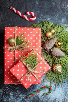 Vista de cima, presentes e decorações de natal