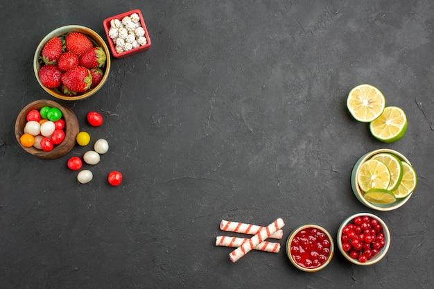 Vista de cima rodelas de limão fresco com doces e frutas