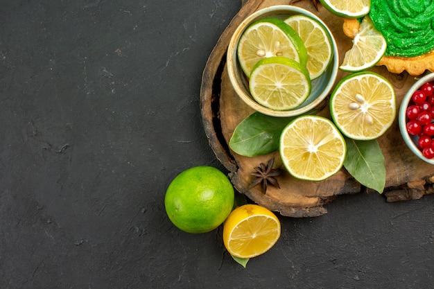 Vista de cima rodelas de limão fresco com frutas e bolo