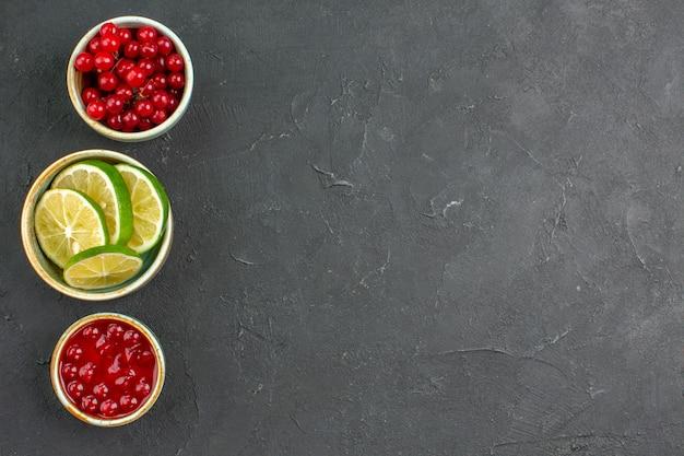 Vista de cima rodelas de limão fresco com frutas vermelhas