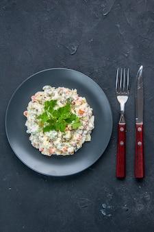 Vista de cima saborosa salada de frango com diferentes vegetais cozidos e maionese dentro do prato na superfície escura lanchonete comida horizontal cozinha mista cores