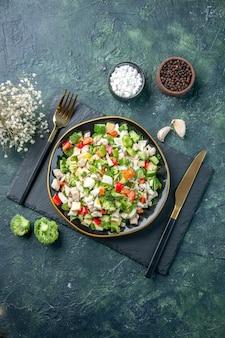 Vista de cima saborosa salada de vegetais dentro do prato no fundo azul escuro cozinha restaurante refeição fresca cor saúde almoço comida dieta
