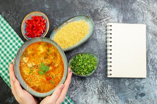 Vista de cima saborosa sopa de vermicelli com verduras na mesa cinza claro