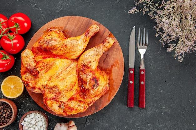 Vista de cima saboroso frango frito com tomate vermelho e temperos. salada madura assar prato de fritar jantar