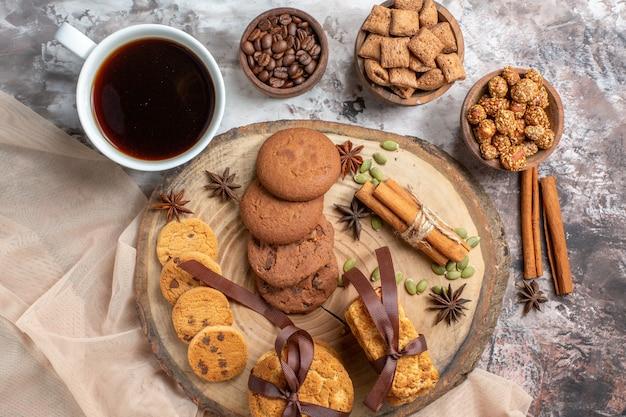 Vista de cima saborosos biscoitos doces com xícara de café na mesa de luz