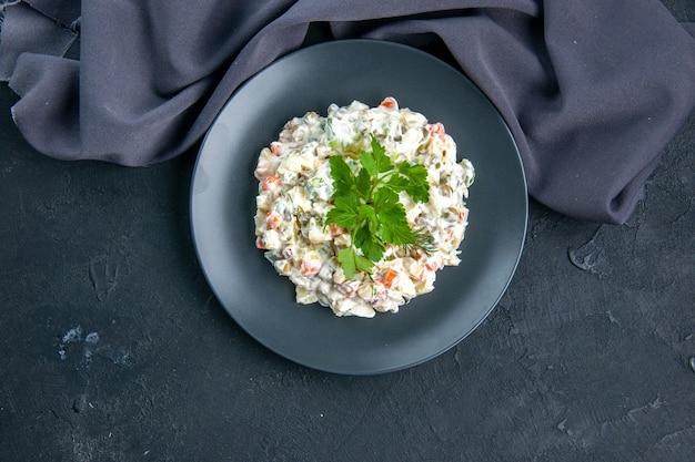 Vista de cima salada de frango saborosa com diferentes vegetais cozidos e maionese dentro do prato na superfície escura lanchonete comida cores de refeição horizontal misturadas