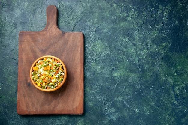 Vista de cima salada de legumes cozida na tábua, salada de refeição de almoço corantes alimentares