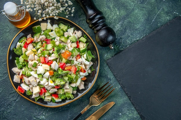 Vista de cima salada de vegetais com queijo em fundo escuro