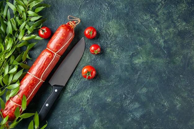 Vista de cima salsicha saborosa com tomate vermelho sobre fundo escuro carne pão sanduíche pão cor comida hambúrguer refeição salada animal espaço livre