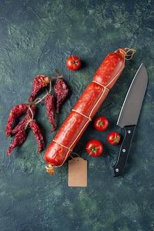 Vista de cima salsicha saborosa com tomates vermelhos em fundo escuro carne pão sanduíche pão cor comida hambúrguer refeição salada animal