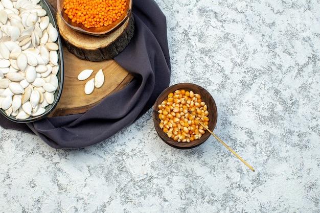 Vista de cima sementes brancas com lentilhas laranja em fundo branco marisco água oceano cor de desenho