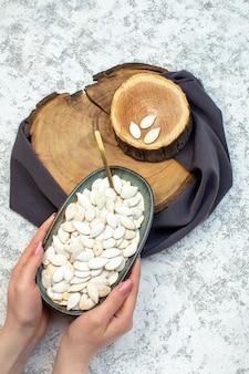 Vista de cima sementes brancas com madeira cortada em fundo branco marisco água oceano design cores